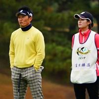 昨日よりはプロの風邪の調子がいいみたいなので距離感が近いキャディさん。 2017年 ゴルフ日本シリーズJTカップ 2日目 宮本勝昌