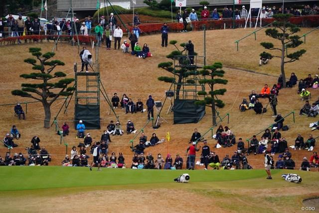 2017年 ゴルフ日本シリーズJTカップ 2日目 稲森佑貴 最終18番でこの日唯一のバーディを奪い、ギャラリーに球を投げ入れる稲森佑貴