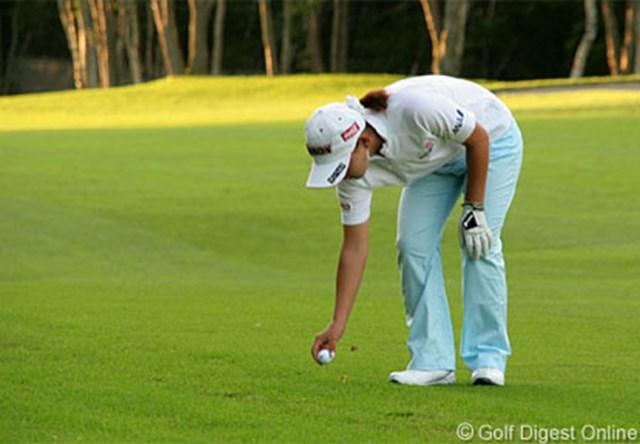 2006年 日本女子プロゴルフ選手権 2日目 悪天候のため6インチプレースが認められた予選ラウンド。多くの選手が、ボールをピックアップした