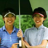 左が姉の和(かず)、右が妹の愛。双子というだけあって、ホクロの位置までほぼ同じだ。 2006年 新キャタピラー三菱レディス プロアマ戦 矢崎和 矢崎愛