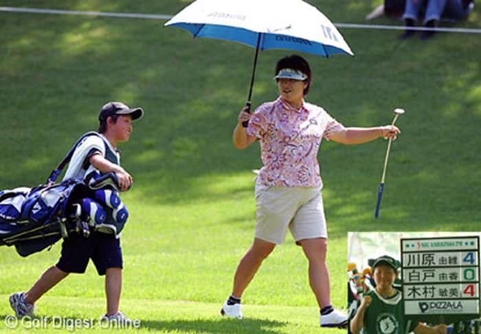 小さな体でキャディバッグを担ぐ息子を気遣いながらラウンドする木村敏美 2006年 NEC軽井沢72ゴルフトーナメント 初日 木村敏美