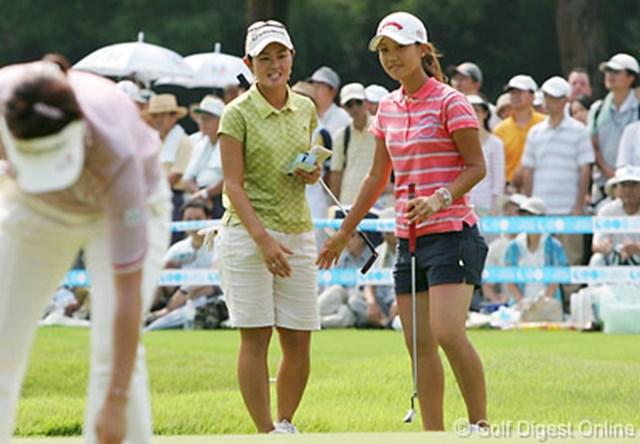 2006年 クリスタルガイザーレディスゴルフトーナメント 最終日 諸見里しのぶ 上田桃子 初優勝を逃した二十歳の諸見里しのぶと上田桃子。同組でラウンドした先輩の大山志保から多くを学習した