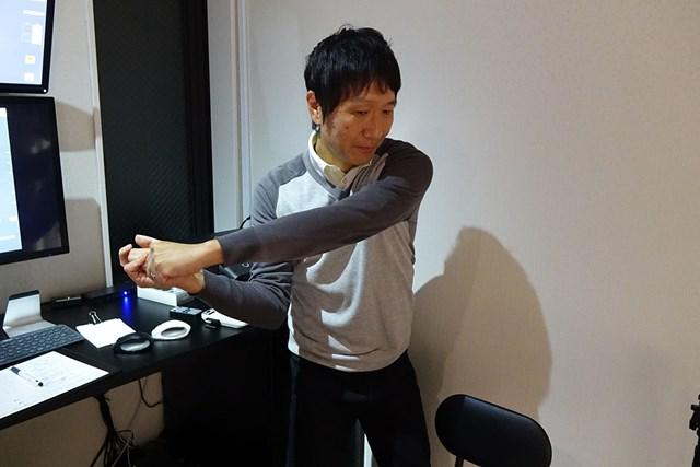 テークバックで内旋した左腕は、同じ分だけ外旋してインパクトで元に戻るのが理想