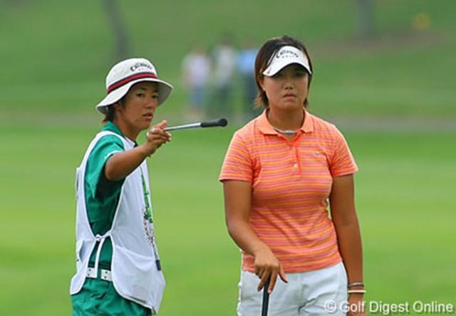 2006年 フィランソロピー・LPGAプレーヤーズ・チャンピオンシップ 最終日 全美貞 今年の初めに約束した「不貞腐れないこと」を守り、今季2勝目を挙げた全美貞(右)と、影で支えるキャディの土田さん(左)