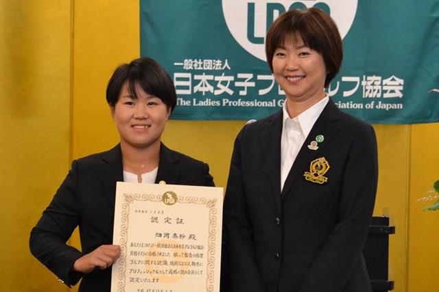 入会式に出席した畑岡奈紗とLPGAの小林浩美会長(右)