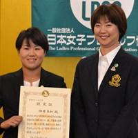 入会式に出席した畑岡奈紗とLPGAの小林浩美会長(右) 2017年 日本女子プロゴルフ協会入会式 畑岡奈紗