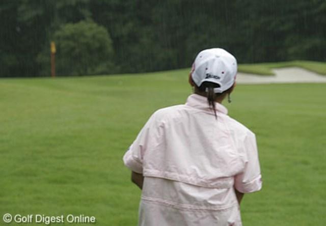 2006年 プロミスレディスゴルフトーナメント 練習ラウンド 横峯さくら 雨の中、プロミスレディスの練習ラウンドを行う横峯さくら。「全英女子」はどうする!?