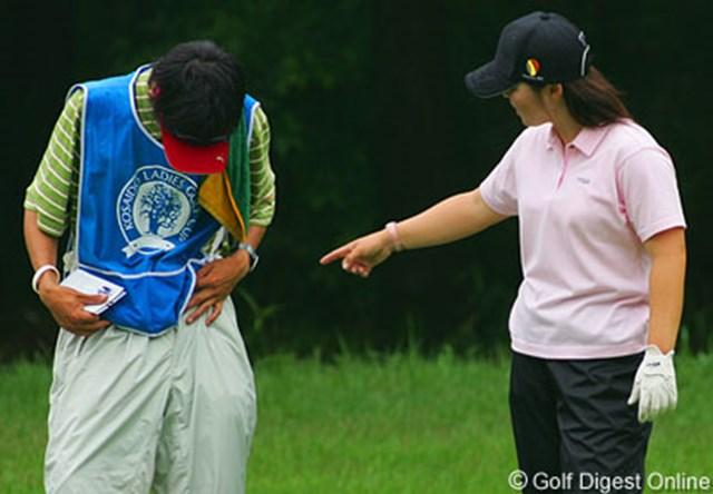 2006年 廣済堂レディスゴルフカップ 最終日 不動裕理 最終日ラウンド中での1コマ。不動プロに「ズボンのチャックが開いているよ」と言われ、あわてて閉めるキャディの森君