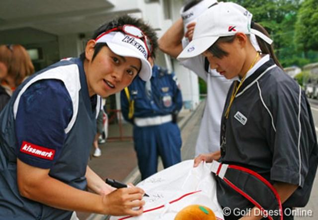 ラウンド後、ファンの女の子にサイン中の天沼知恵子。カメラを意識しすぎですよ!