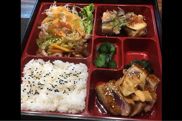 日本食レストランの弁当セットです