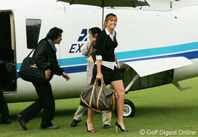 成田空港からヘリコプターで会場に現れたポーラ・クリーマー。今回は派手なパフォーマンスでのお披露目となった