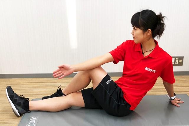 片膝を立て、反対の足の外側に置く