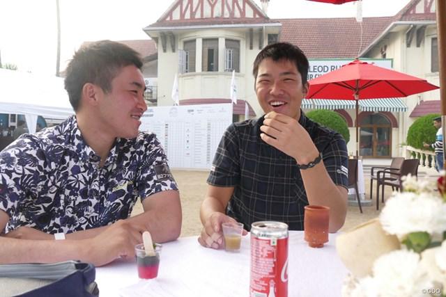 お初の食べ物に挑戦する和田章太郎(右)と小斉平優和