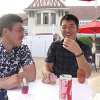 お初の食べ物に挑戦する和田章太郎(右)と小斉平優和 2017年 マクラウド・ラッセル ツアー選手権 和田章太郎 小斉平優和