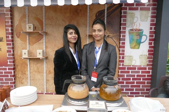 大会スポンサーであるマクラウド・ラッセル社のお茶を提供するキャンペーンガールたち。