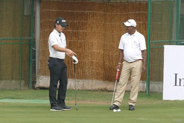 伝説のインド人選手ムケシュ・クマール(右)と談笑する川村昌弘