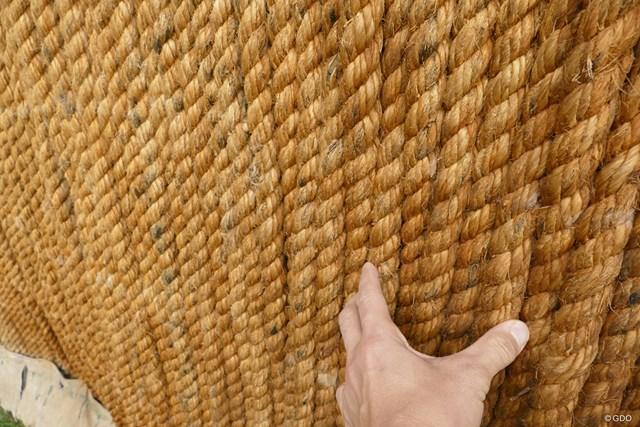 こういう太く結われた縄が優しく球を受け止める仕組み