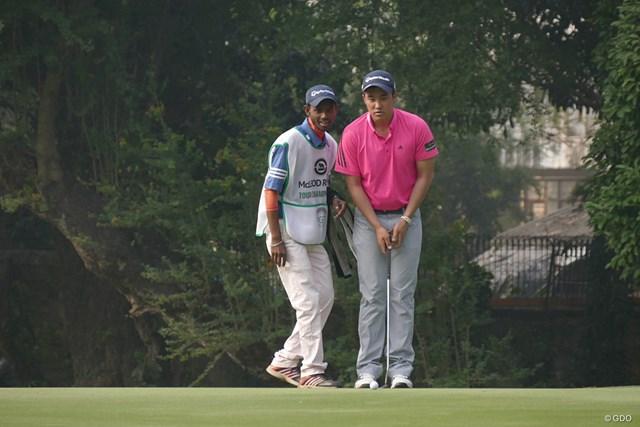 小斉平優和(右)へ熱心にラインなどを指示してくるキャディ