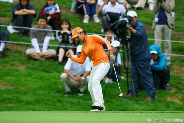 2006年 日本女子プロゴルフ選手権 3日目 宮里藍 最終18番、チップインバーディを奪いガッツポーズを決めた宮里藍