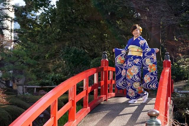 濃いブルーの振り袖をまとった成田美寿々