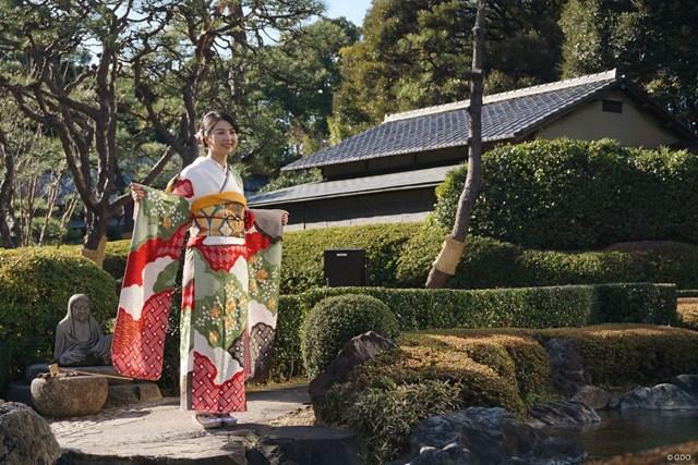 日本庭園でニコリ
