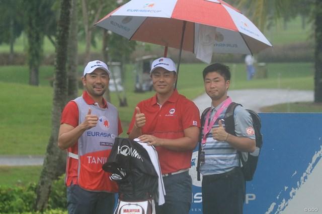 2度目の大会出場となる谷原秀人と上村キャディ、新トレーナーの斉田氏