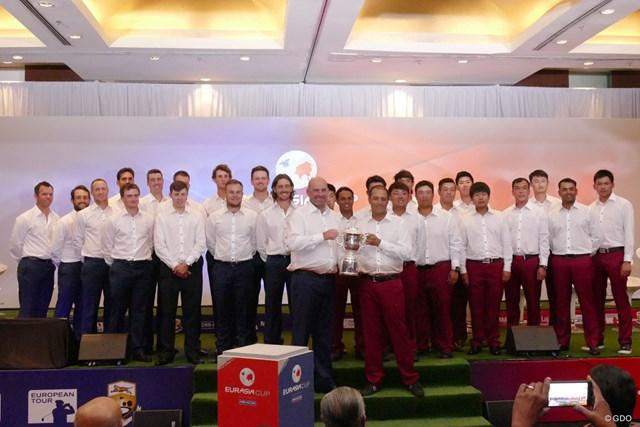 アジアと欧州の全選手とキャプテンたち