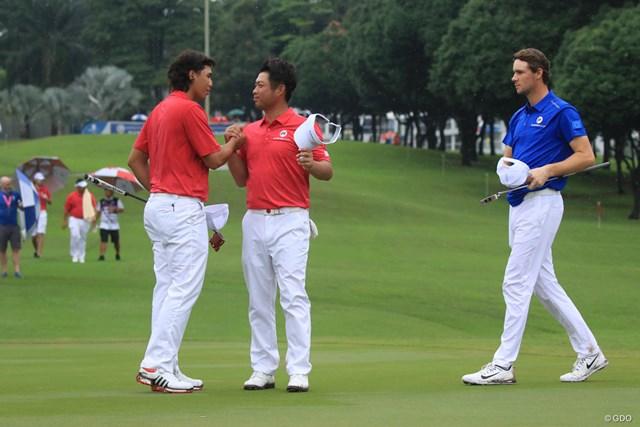 勝利を決めて、がっちりと握手をする池田勇太(中央)とガビン・グリーン(左)