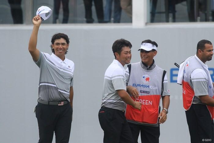 この日、アジアチーム最初のポイントを挙げた池田勇太とガビン・グリーン(左)のペア 2018年 ユーラシアカップ 2日目 池田勇太