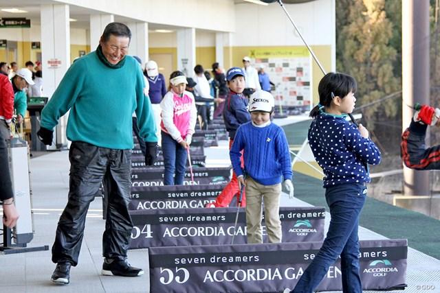 ジュニアゴルファーたちに笑顔でレッスンを行う尾崎将司