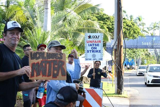 会場周辺ではスタッフによるデモが起きた