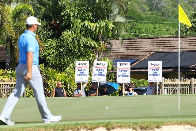 コースから見える位置でデモは実施された。PGAツアーサイドも困惑