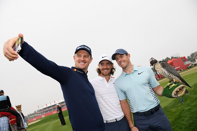 2018年 アブダビHSBCゴルフ選手権 事前 ジャスティン・ローズ トミー・フリートウッド ロリー・マキロイ ローズ(左)、フリートウッド(中央)とパチリ。マキロイが優勝候補筆頭に挙げられた(Getty Images)