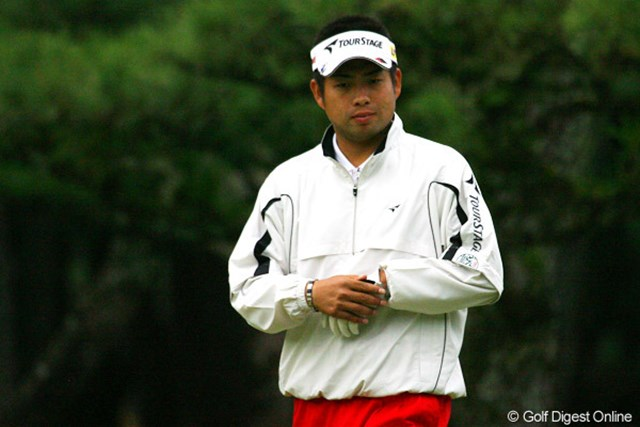 2009年 ダンロップフェニックストーナメント2日目 池田勇太 18番でピンそばに寄った自分のボールを確認し、ホッとした表情を見せる池田勇太