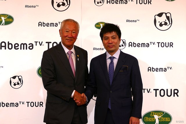 契約を発表した青木会長と藤田社長