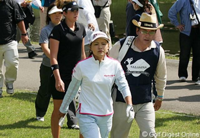 2006年 サロンパスワールドレディスゴルフトーナメント 2日目 横峯さくら この日も大ギャラリーを引き連れた横峯さくらと父・良郎氏。この2人の後には、世界のポーラ・クリーマーと不動裕理