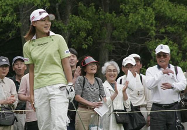 2006年 We Love KOBEサントリーレディスオープンゴルフトーナメント 初日 横峯さくら 14番でチップインバーディを決め、笑顔がこぼれる横峯さくら