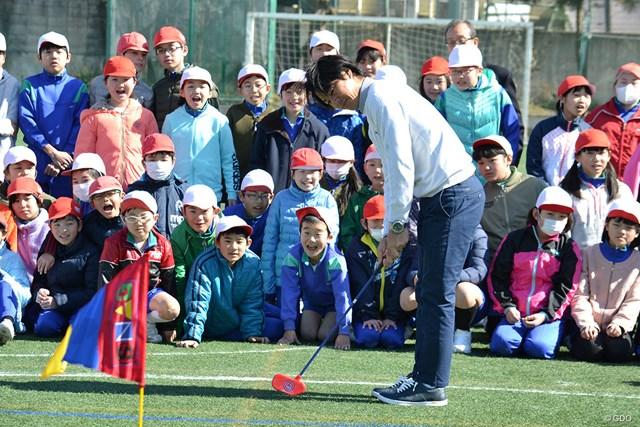 子供たちとスナッグゴルフを楽しむ石川遼