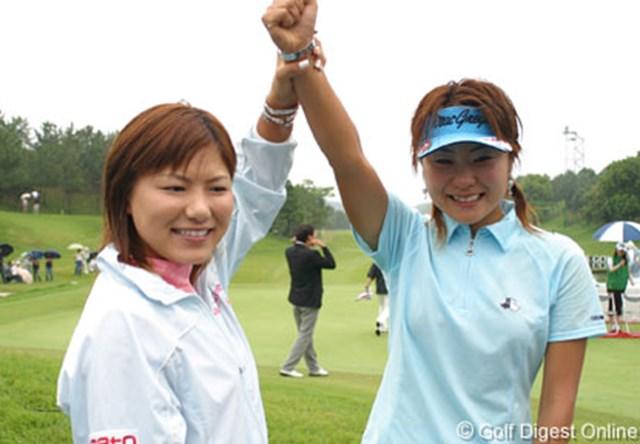 2006年 プロミスレディスゴルフトーナメント 最終日 横峯さくら 藤田幸希 優勝した藤田幸希(右)の応援のため、最後までグリーンサイドで観戦した横峯さくら(左)