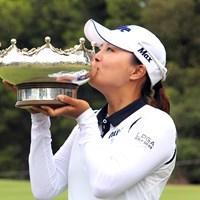 カップを掲げたコ。ツアールーキーが今季2戦目でタイトルをさらった(大会事務局提供) 2018年 ISPSハンダ オーストラリア女子オープン 最終日 コ・ジンヨン