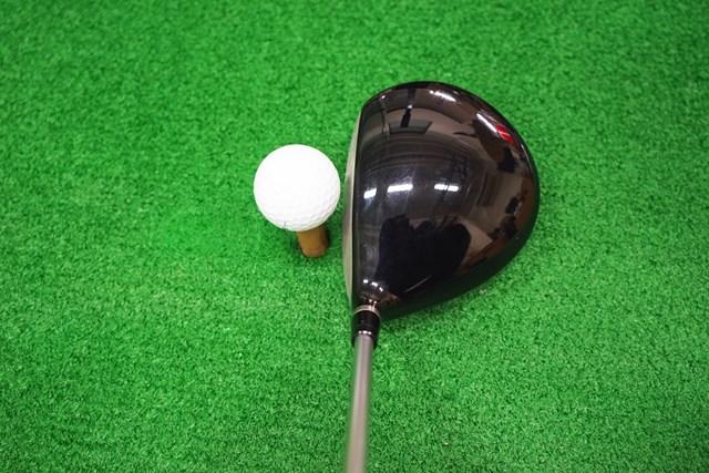 ヘッドは445ccと投影面積がやや小さめで、安心感よりもシャープな印象をゴルファーに与える