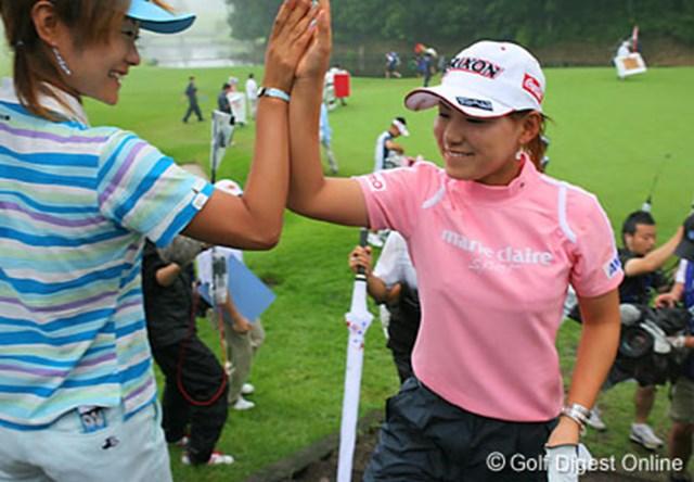 2006年 ベルーナレディースカップゴルフトーナメント 最終日 横峯さくら 先週のお返し!ホールアウト後、優勝した横峯さくら(右)を出迎える藤田幸希(左)