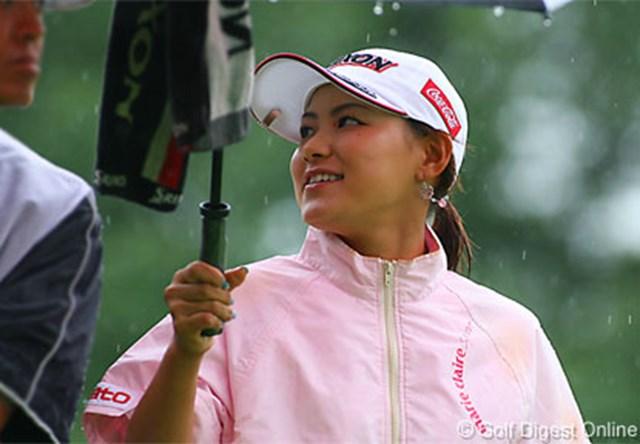 2006年 フィランソロピー・LPGAプレーヤーズ・チャンピオンシップ 2日目 横峯さくら 風雨が強い中、余裕の笑顔でラウンドする横峯さくら。単独首位で決勝ラウンドに入る