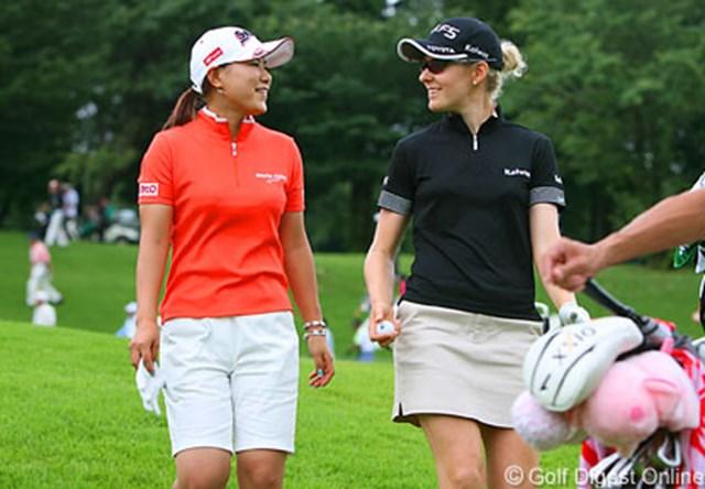 2006年 フィランソロピー・LPGAプレーヤーズ・チャンピオンシップ 3日目 横峯さくら 全英女子オープンに向け準備は万全!?英語で楽しくおしゃべりする横峯さくら(左)とN.キャンベル(右)。キャンベルから上達したとお墨付きをもらった