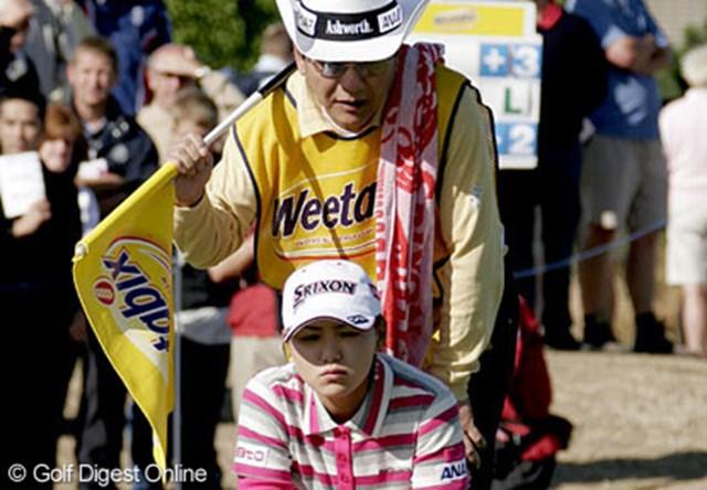 2006年 全英女子オープン 初日 横峯さくら 父との久しぶりのタッグもバッチリ!2人で真剣にラインを読む横峯さくら&良郎氏