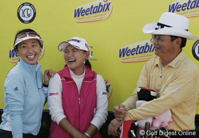 2006年 全英女子オープン 3日目 横峯さくら ラウンド後、テレビ中継のインタビューに答える横峯さくらと父・良郎氏。左はレポーターの東尾理子