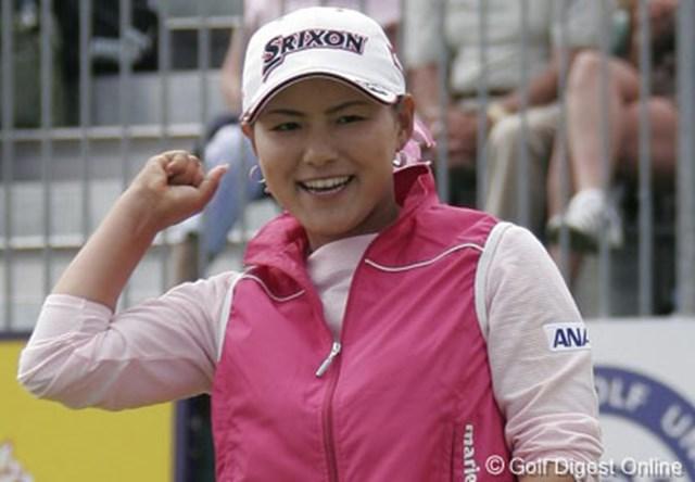 2006年 全英女子オープン 最終日 横峯さくら 18番でセカンドショットを2mにつけてバーディ。初のアンダーフィニッシュに笑顔がこぼれた