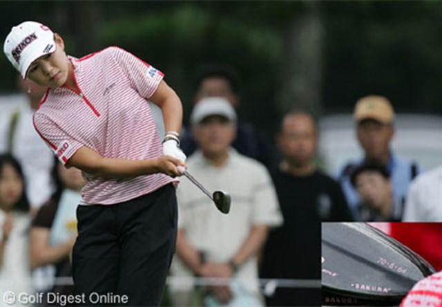 2006年 NEC軽井沢72ゴルフトーナメント 2日目 横峯さくら 「全英女子オープン」でお披露目した新兵器の70度のウェッジ。苦手克服の鍵となるのか(右下の画像は70度ウェッジの拡大画像)
