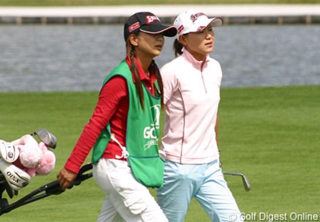 2006年 ゴルフ5レディスプロゴルフトーナメント 初日 横峯さくら 仲良くカートを引く二人。コンビネーションも抜群だ