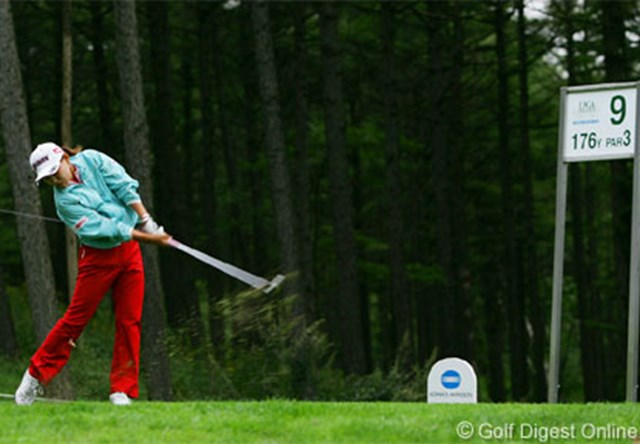 2006年 日本女子プロゴルフ選手権大会コニカミノルタ杯 3日目 横峯さくら 午前6時30分、このショットで決勝ラウンド進出を決めた横峯さくら